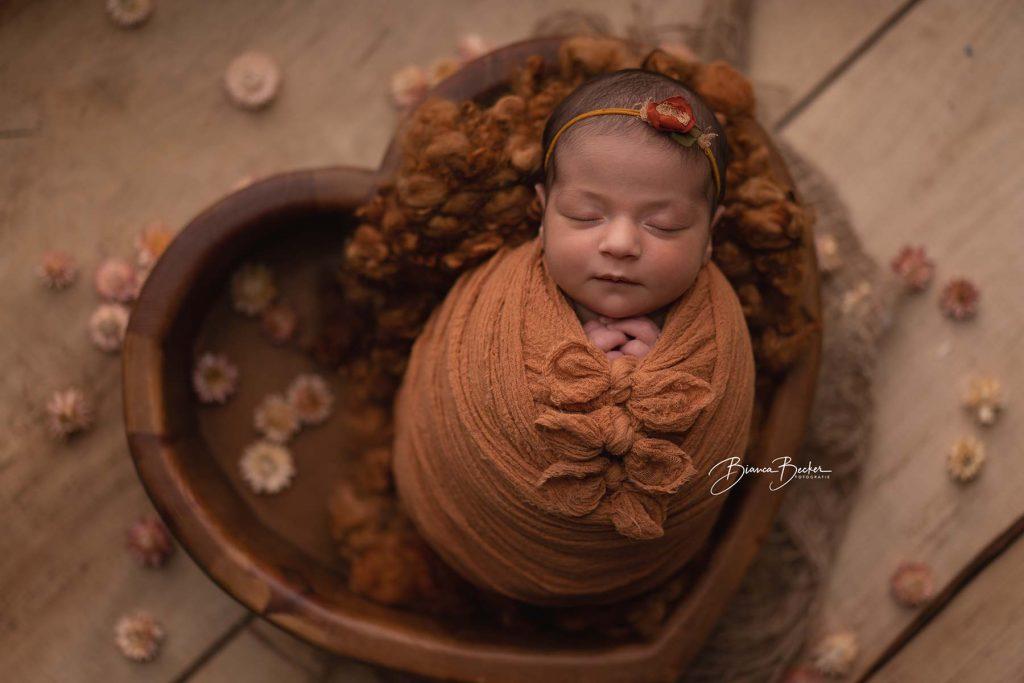 Baby in Schale