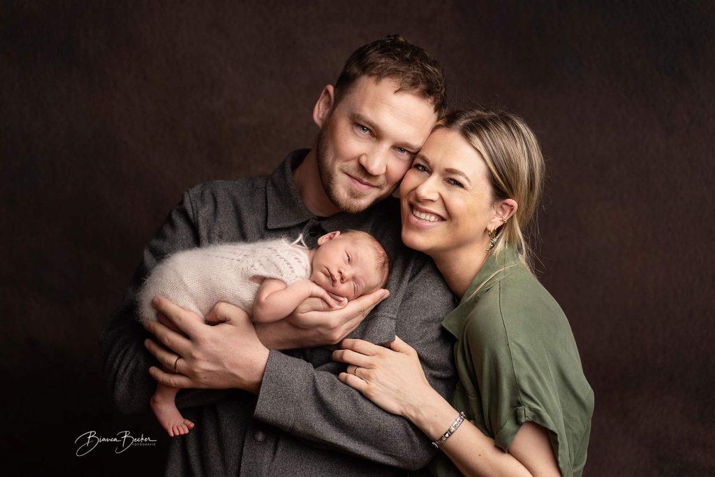 Familie mit Baby auf dem Arm