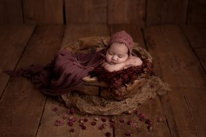 Baby in Holzschale