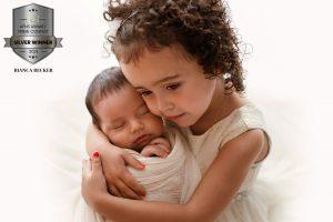 Geschwister halten sich im Arm